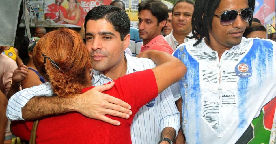 26.jul.2012 - ACM Neto, candidato do DEM à Prefeitura de Salvador, abraça eleitora durante caminhada pelo bairro da Liberdade, um dos mais populosos da capital baiana