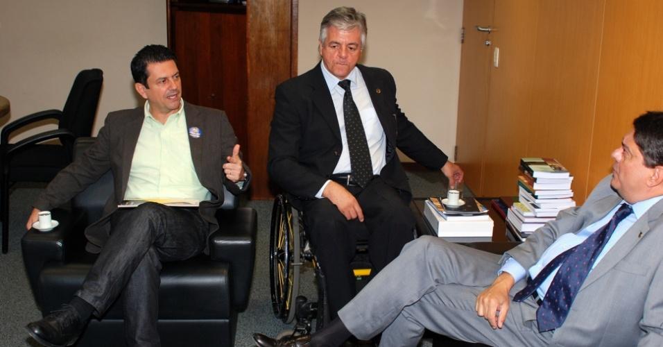 26.jul.2012 - O candidato do PSDB à Prefeitura do Rio de Janeiro, Otávio Leite (à esq.), e seu vice, Geraldo Nogueira (centro), entregaram na manhã desta quinta-feira (26) o seu plano de governo ao presidente da OAB-RJ, Wadih Damous (à dir.)