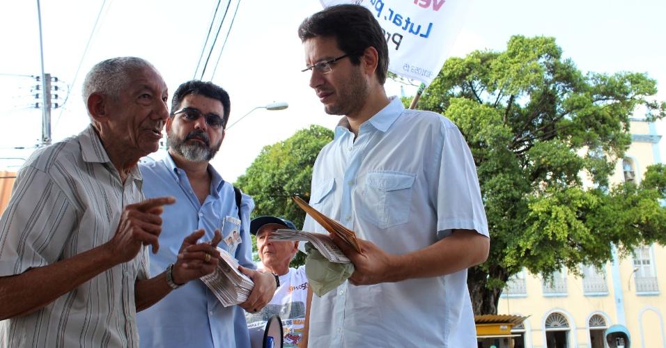26.jul.2012 - O candidato do PSOL à Prefeitura de Fortaleza, Renato Roseno (à dir.), conversa com eleitor durante caminhada na manhã desta quinta-feira (26) pelo bairro de Parangaba