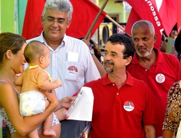 26.jul.2012 - O candidato do PT à Prefeitura de Natal, Fernando Mineiro (centro), fez uma caminhada pelo bairro Paço da Pátria, na zona leste da cidade