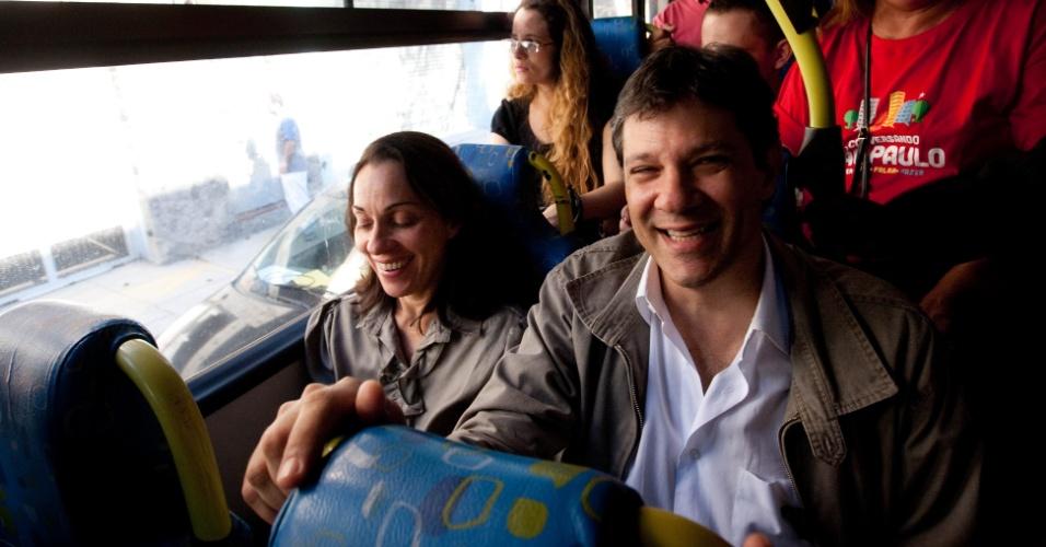 26.jul.2012 - O candidato do PT à Prefeitura de São Paulo, Fernando Haddad, andou de ônibus nesta quinta-feira (26) para ir do Largo do Paissandu até o Terminal Cachoeirinha, onde fez uma caminhada na região