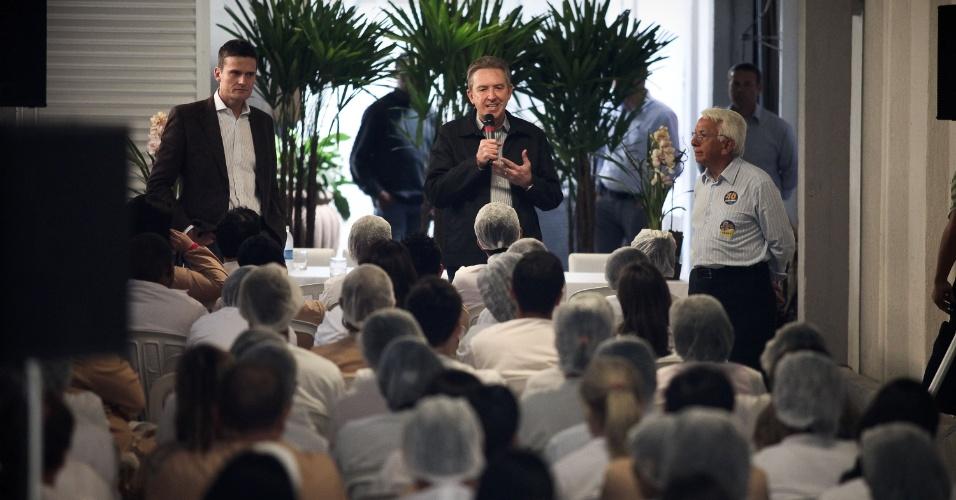 26.jul.2012 - O prefeito de Curitiba e candidato à reeleição pelo PSB, Luciano Ducci (centro), anunciou que a Linha Verde será ampliada e vai chegar até o bairro Atuba durante almoço com funcionários da empresa Nutrilatina