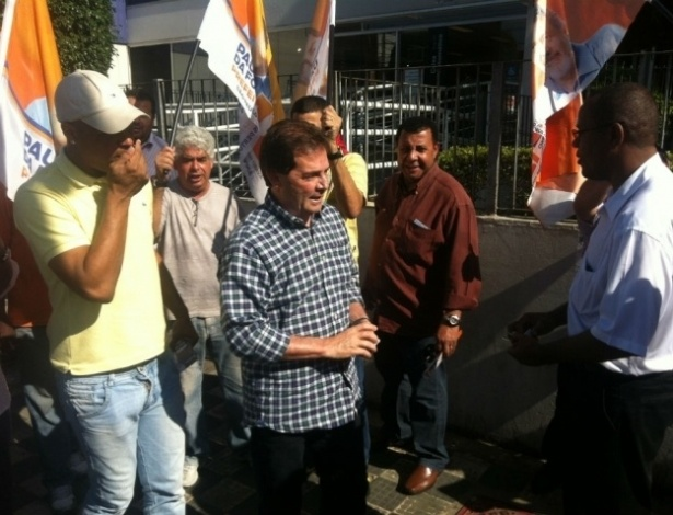 26.jul.2012 - Paulinho da Força, candidato do PDT à Prefeitura de São Paulo, cumprimenta eleitores durante caminhada pelo bairro Capela do Socorro, zona sul da capital paulista
