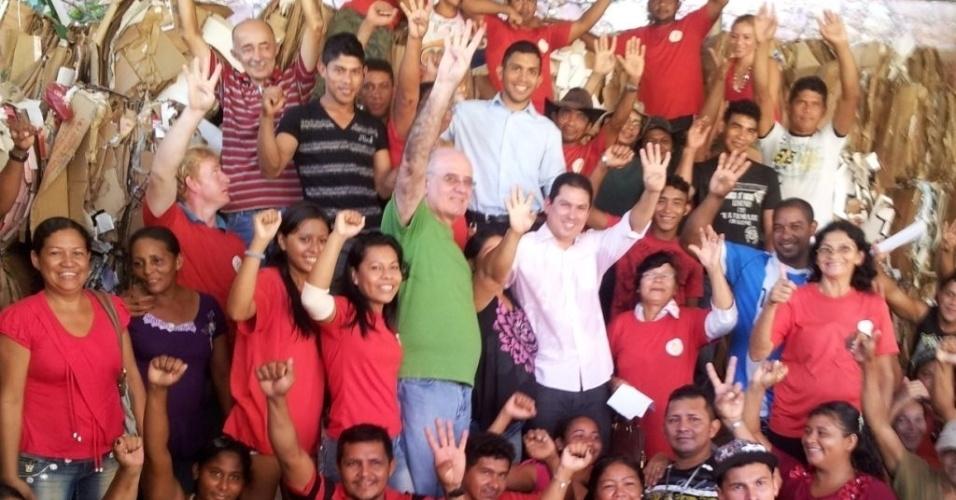 26.jul.2012 - O candidato do PSB à Prefeitura de Manaus, Serafim Correa, se reuniu com integrantes de uma cooperativa de catadores de papel na capital amazonense