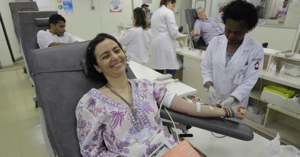 27.jul.2012 - A candidata do PPS à Prefeitura de São Paulo, Soninha Francine, doa sangue na Fundação Pró-Sangue, na manhã desta sexta-feira, na capital paulista