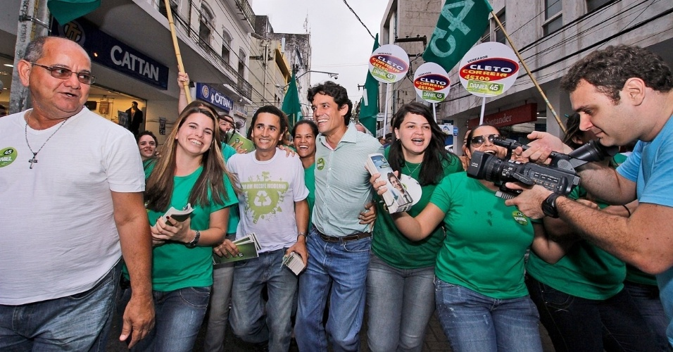 27.jul.2012 - Daniel Coelho, o candidato do PSDB à Prefeitura do Recife, fez caminhada nesta sexta-feira pelo centro da capital pernambucana, onde defendeu a revitalização do local