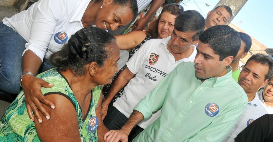 27.jul.2012 - O candidato do DEM à Prefeitura de Salvador, ACM Neto (de camisa verde), fez caminhada no bairro de Cosme de Farias, onde disse que vai criar um programa de incentivo ao esporte como forma de combater a violência