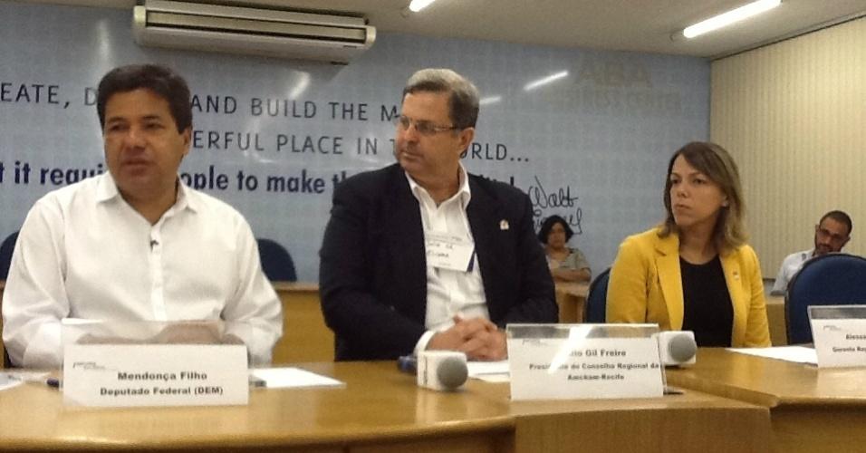 27.jul.2012 - O candidato do DEM à Prefeitura do Recife, Mendonça Filho (à esq.), participou nesta sexta-feira de debate com representantes da Amcham (Câmara Americana de Comércio), onde apresentou o seu plano de governo