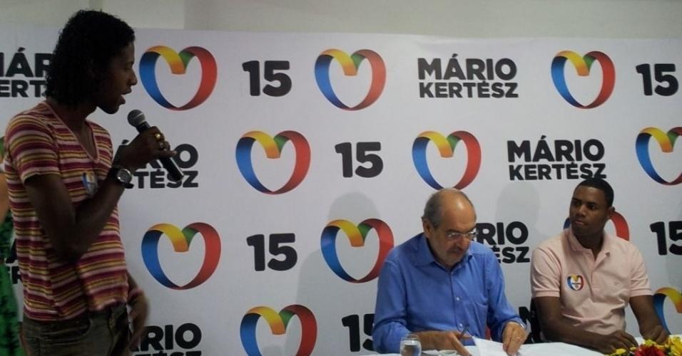 27.jul.2012 - O candidato do PMDB à Prefeitura de Salvador, Mário Kertész (de camisa azul), se reuniu nesta sexta-feira com líderes da parada gay na capital baiana, que sugeriram a criação de uma Secretaria da Diversidade