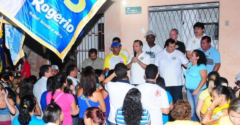 27.jul.2012 - O candidato do PSDB à Prefeitura de Natal, Rogério Marinho (de branco com o microfone), discursa para moradores do Conjunto Vale Dourado, zona norte da capital potiguar