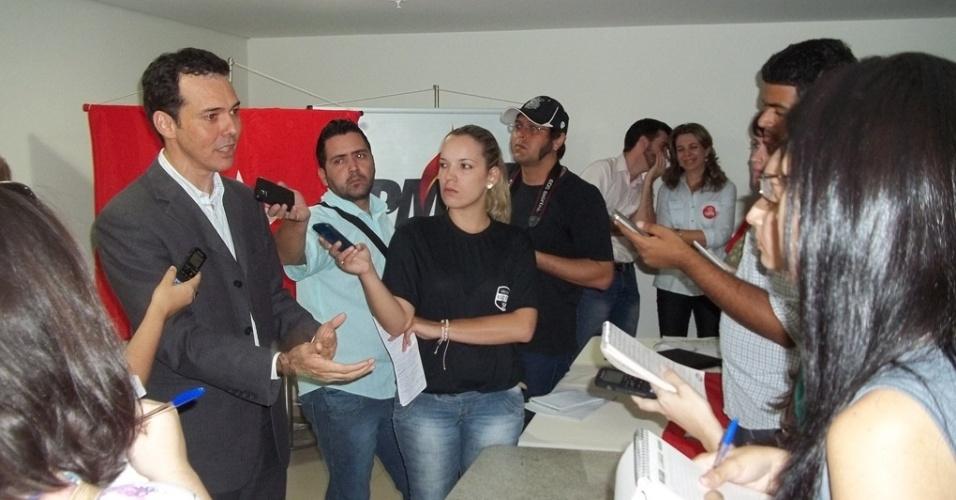 27.jul.2012 - O candidato do PT à Prefeitura de Cuiabá, Lúdio Cabral, apresentou nesta sexta-feira o seu programa de governo para a imprensa em evento no bairro do Areão, zona leste da cidade