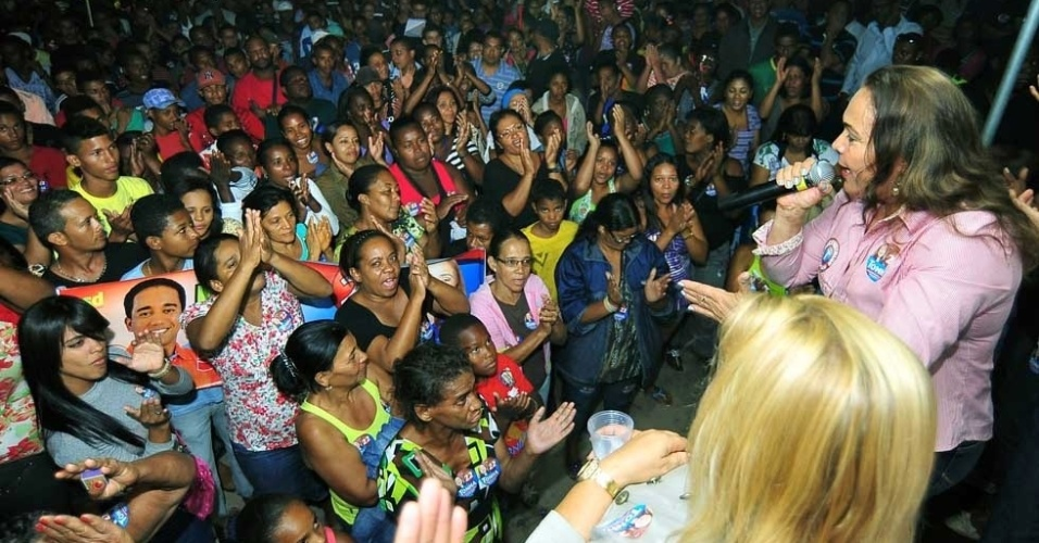 28.jul.2012 - A prefeita de Candeias (BA) e candidata à reeleição pelo PR, Tonha Magalhães, faz comício para eleitores no Bairro da Paz, onde disse que vai estreitar as relações com a PM para combater a violência no município