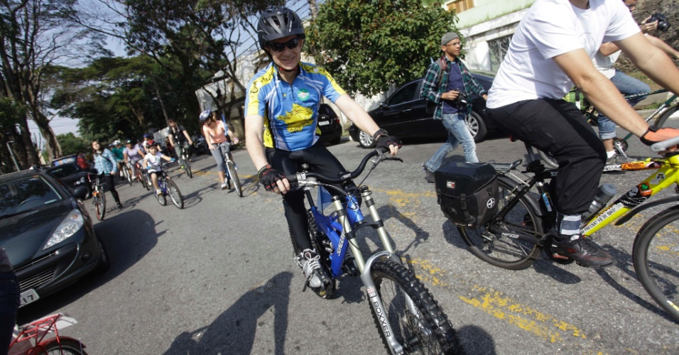 28.jul.2012 - Celso Russomanno, candidato do PRB à Prefeitura de São Paulo, andou de bicicleta com eleitores na manhã deste sábado, saindo da avenida Indianópolis até a sede da Prefeitura, no centro