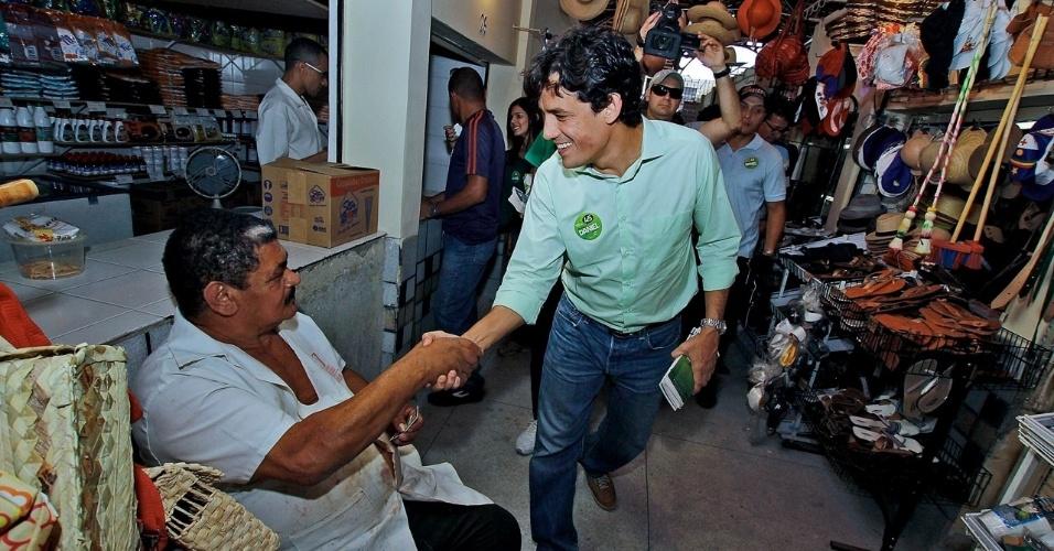 28.jul.2012 - Daniel Coelho, candidato do PSDB à Prefeitura do Recife, disse que quer estimular venda de produtos orgânicos nos mercados públicos durante visita à feira de Casa Amarela na manhã deste sábado