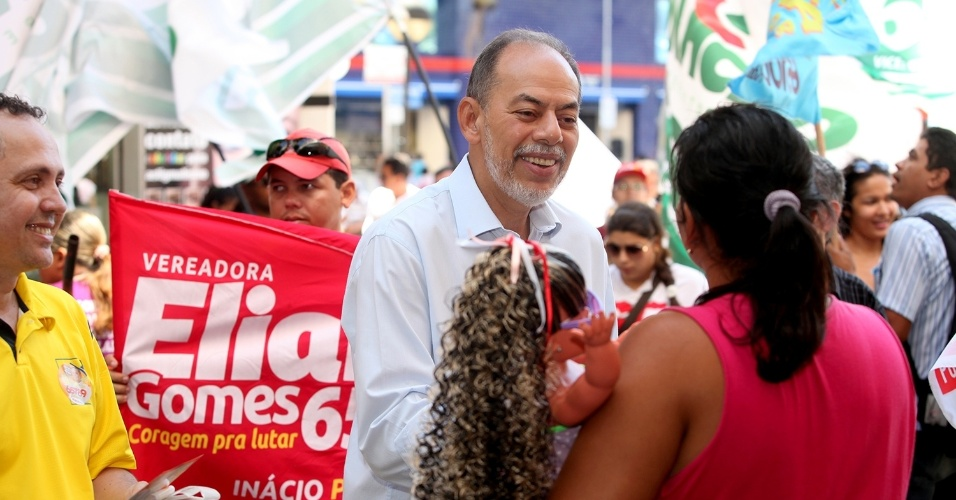 28.jul.2012 - Inácio Arruda, candidato do PC do B à Prefeitura de Fortaleza, apresentou suas propostas aos eleitores no centro da capital cearense na manhã deste sábado