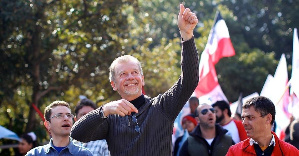 28.jul.2012 - José Fortunati, prefeito de Porto Alegre e candidato à reeleição pelo PDT, faz caminhada no Morro da Cruz, na zona leste da capital gaúcha