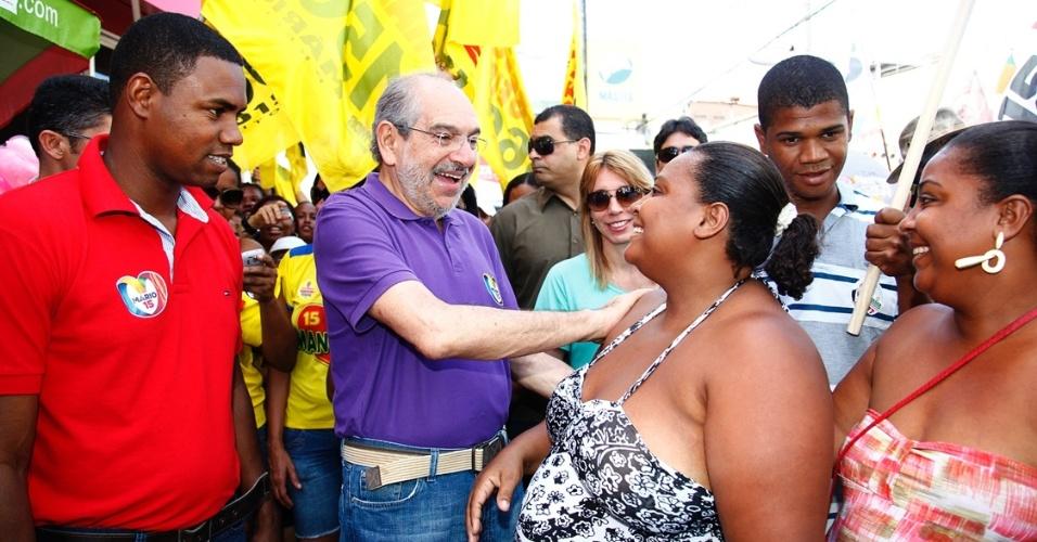 28.jul.2012 - Mario Kertész, candidato do PMDB à Prefeitura de Salvador, realizou caminhada pelo bairro da Libertade, um dos mais populosos da capital baiana, na manhã deste sábado