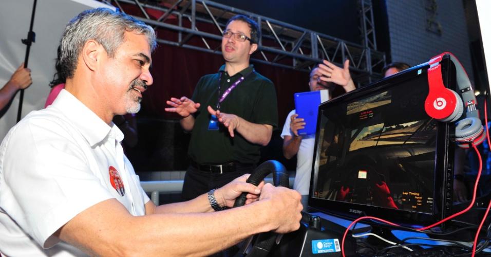 28.jul.2012 - O candidato do PT à Prefeitura do Recife, Humberto Costa, visitou na manhã deste sábado a Campus Party, que ocorre neste fim de semana pela primeira vez na capital pernambucana