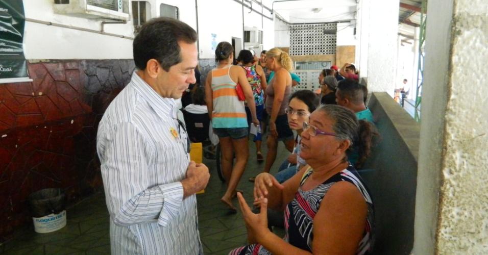 28.jul.2012 - O candidato do PDT à Prefeitura de Fortaleza, Heitor Férrer (à esq.), conversa com paciente da Santa Casa de Misericórdia, local onde fez campanha na manhã deste sábado