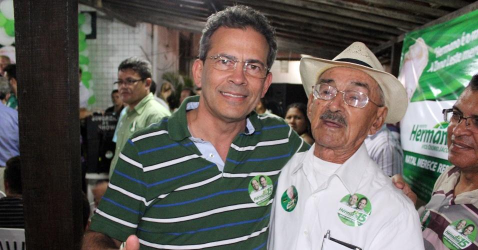 28.jul.2012 - O candidato do PMDB à Prefeitura de Natal, Hermano Morais (à esq.), cumprimenta eleitor durante encontro na Praia do Meio