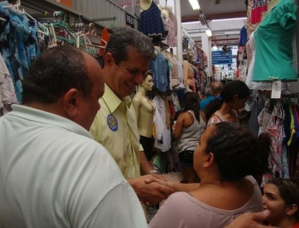28.jul.2012 - O candidato do PSDB à Prefeitura de Fortaleza, Marcos Cals (de camisa amarela), disse que vai criar um camelódromo para 10 mil comerciantes durante visita ao Beco da Poeira, no centro da capital cearense