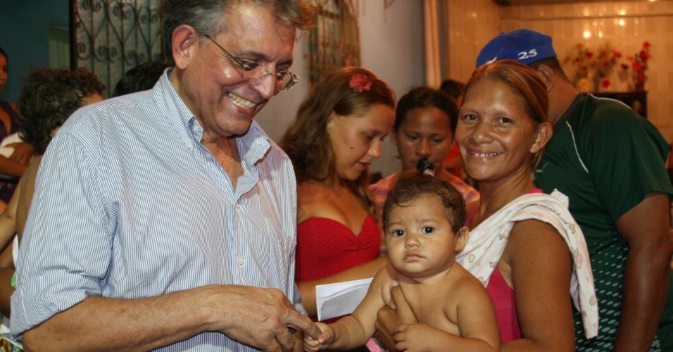 27.jul.2012 - Pauderney Avelino, candidato do DEM à Prefeitura de Manaus, fez caminhada no bairro do Zumbi, periferia da capital amazonense
