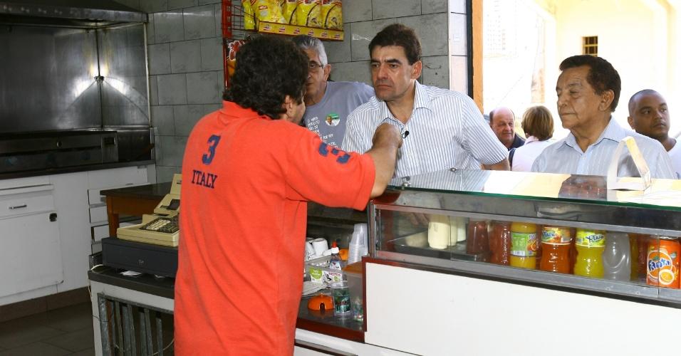 28.jul.2012 - O candidato do PSDB à Prefeitura de Ribeirão Preto (SP), Antonio Duarte Nogueira, conversa com eleitores durante caminhada pela avenida da Saudade