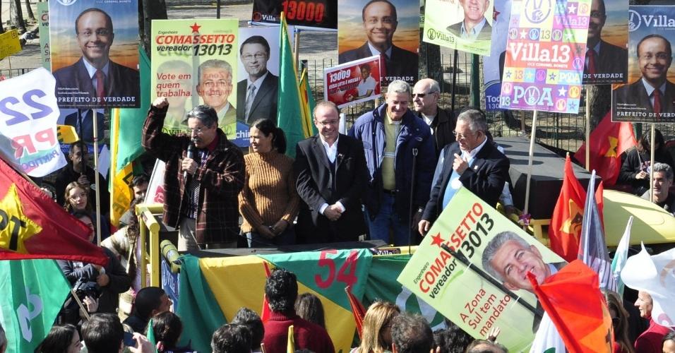 28.jul.2012 - O candidato do PT à Prefeitura de Porto Alegre, Adão Villaverde (centro), fez campanha neste sábado no bairro de Vila Planetária, região leste da capital gaúcha