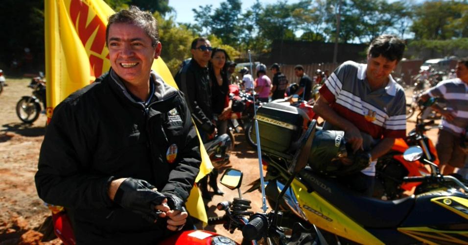 29.jul.2012 - Délio Malheiros, candidato a vice-prefeito na chapa de Marcio Lacerda (PSB), participou de uma festa que celebra o dia do motociclista. O político chegou ao evento pilotando sua própria moto