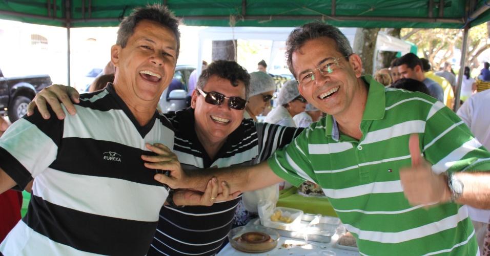 29.jul.2012 - Hermano Morais (à dir.), candidato do PMDB à Prefeitura de Natal, compareceu neste domingo à festa do padroeiro do bairro de Mirassol, Santo Afonso Maria de Ligório