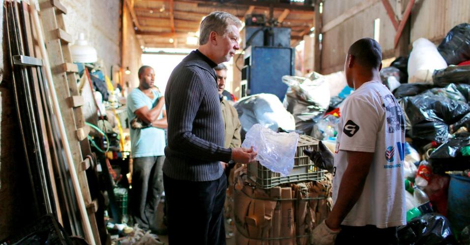 29.jul.2012 - José Fortunati, candidato à reeleição em Porto Alegre pelo PDT, visitou neste domingo o centro de triagem de resíduos sólidos no bairro de Bom Jesus, região leste da capital gaúcha