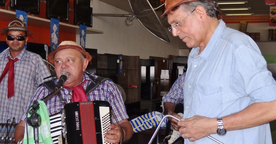 29.jul.2012 - O candidato do DEM à Prefeitura de Manaus, Pauderney Avelino (à dir.), fez caminhada neste domingo pelo bairro de Manôa, na zona norte da capital amazonense