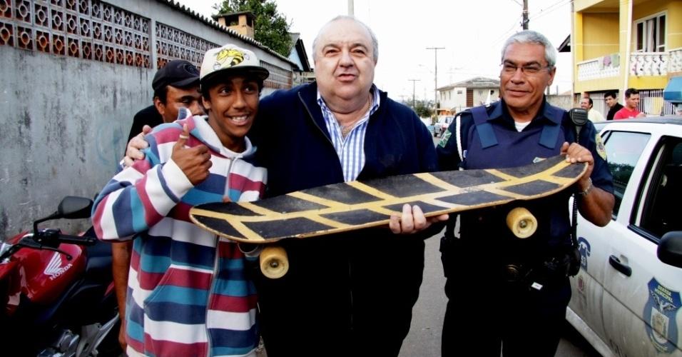 29.jul.2012 - O candidato do PMDB à Prefeitura de Curitiba, Rafael Greca (centro), fez caminhada pelo bairro de Vila Sabará, onde conversou com crianças e adolescentes da região