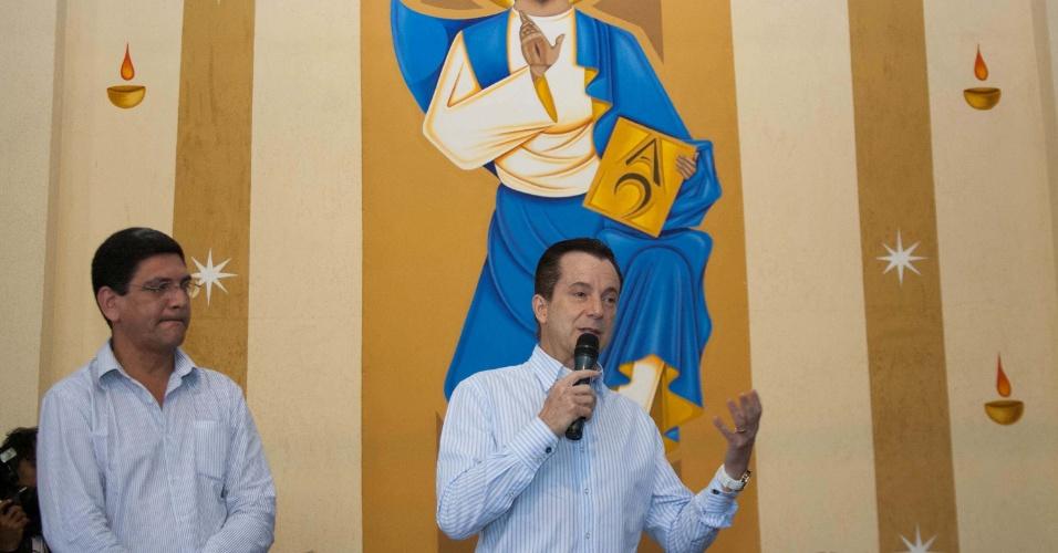 29,jul.2012 - O candidato do PRB à Prefeitura de São Paulo, Celso Russomanno, participa de missa na Igreja de São Bernardo, na zona sul da capital paulista
