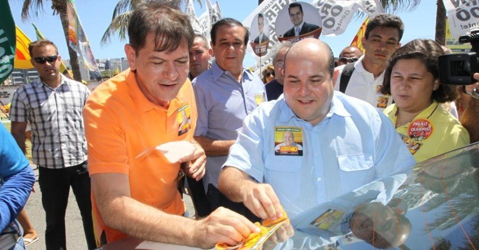 29.jul.2012 - O candidato do PSB à Prefeitura de Fortaleza, Roberto Cláudio (à dir.), fez um adesivaço neste domingo na Praia do Futuro ao lado do governador Cid Gomes