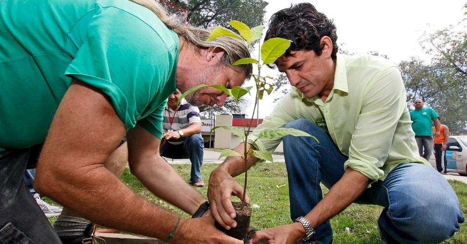 29.jul.2012 - O candidato do PSDB à Prefeitura do Recife, Daniel Coelho (à dir.), visitou neste domingo o bairro do Jordão, onde conversou com os comerciantes da região. No fim da caminhada, o tucano plantou uma muda de Cupiuba, uma árvore típica da mata atlântica