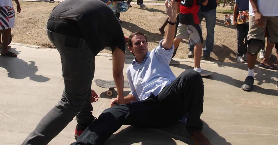 29.jul.2012 - O prefeito do Rio de Janeiro, Eduardo Paes (PMDB), caiu ao andar de skate no Parque de Madureira, local onde antes fez uma caminhada