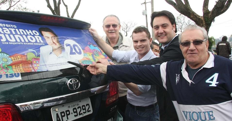 29.jul.2012 - Ratinho Júnior (segundo da direita para a esquerda), candidato do PSC à Prefeitura de Curitiba, fez campanha no Parque Barigui, um dos maiores da capital paranaense