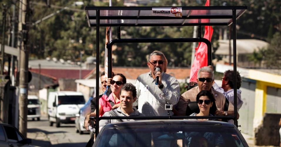 29.jul.2012 - Fernando Haddad, candidato do PT à Prefeitura de São Paulo, fez sua primeira carreata neste domingo pela zona leste da capital, nos bairros de Zona Leste, nos bairros de Guaianazes e Vila Curuça. Foi a primeira vez que o carro chamado de Haddadmóvel foi utilizado