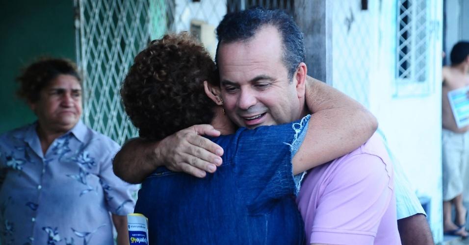 29.jul.2012 - O candidato do PSDB à Prefeitura de Natal, Rogério Marinho, abraça eleitora durante caminhada pelo bairro de Cidade Nova