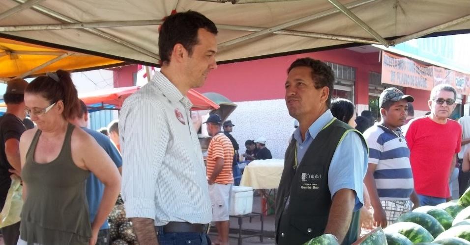 29.jul.2012 - O candidato do PT à Prefeitura de Cuiabá, Lúdio Cabral (à esq.), fez caminhada neste domingo na feira livre do bairro Pedra 90