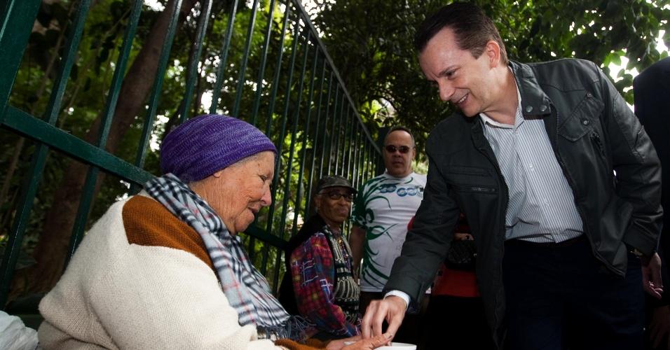 30.jul.2012 - O candidato do PRB à Prefeitura de São Paulo, Celso Russomanno, dá uma moeda a uma pedinte durante caminhada pela avenida Paulista na tarde desta segunda-feira