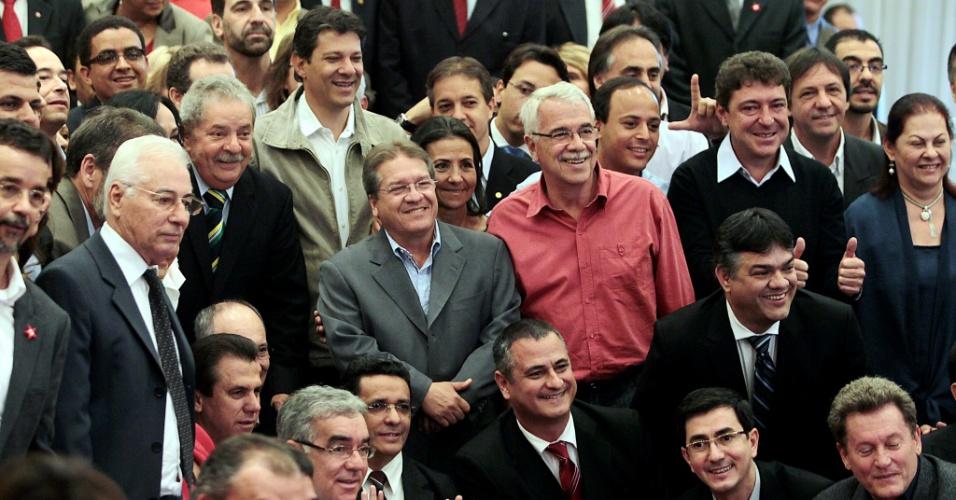 30.jul.2012 - O ex-presidente Luiz Inácio Lula da Silva se reuniu nesta segunda-feira com 118 candidatos a prefeitos do PT em cidades com mais de150 mil eleitores para tirar fotos de campanha