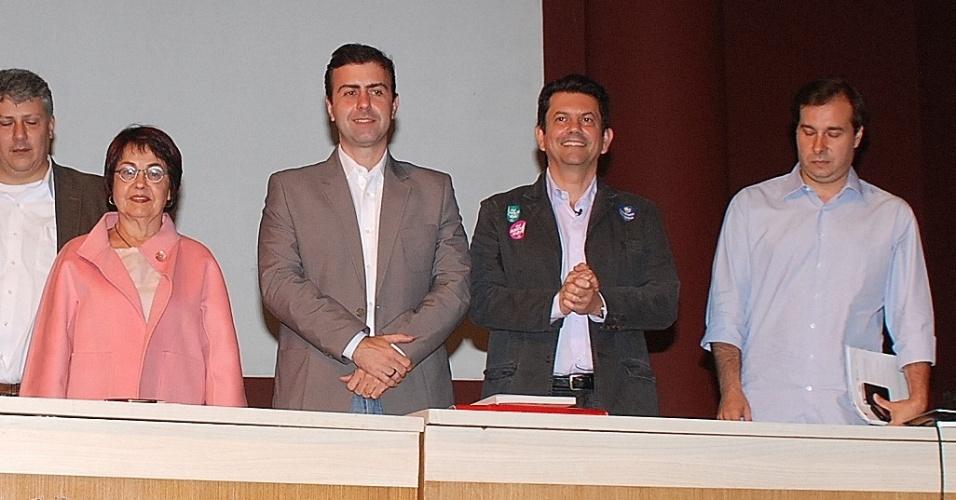 30.jul.2012 - Os candidatos à Prefeitura do Rio de Janeiro participaram nesta segunda-feira de um debate sobre o legado da Copa e das Olimpíadas no Clube de Engenharia, no centro da cidade. Da esquerda para a direita estão Aspásia Camargo (PV), Marcelo Freixo (PSOL), Otávio Leite (PSDB) e Rodrigo Maia (DEM)