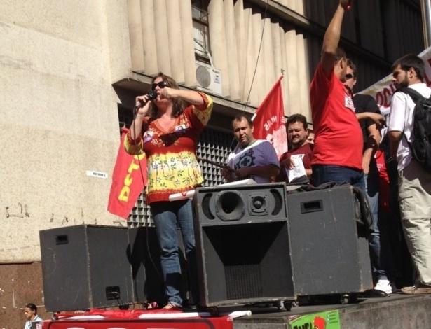 31.jul.2012 - A candidata do PSTU à Prefeitura de Belo Horizonte, Vanessa Portugal, participa de ato nacional de greve do funcionalismo público federal e de estudantes no centro da capital mineira