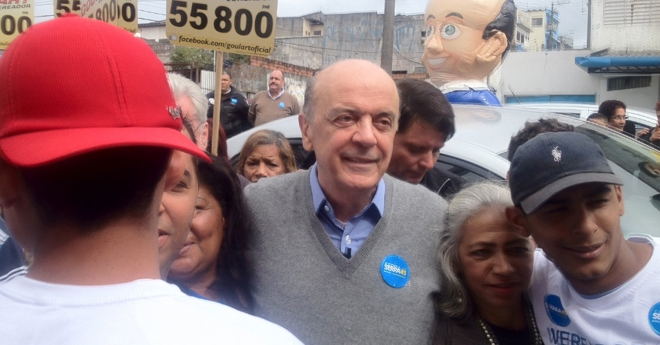 31.jul.2012 - O candidato do PSDB à Prefeitura de São Paulo, José Serra, fez caminhada pelo bairro Cidade Ademar, na zona sul da capital paulista