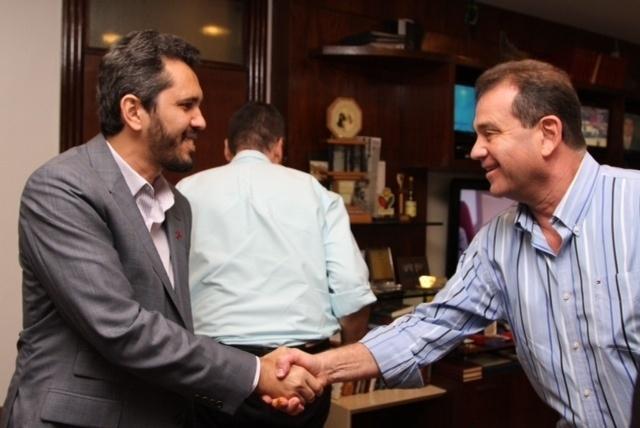 31.jul.2012 - O candidato do PT à Prefeitura de Fortaleza, Elmano de Freitas (à esq.), visitou nesta terça-feira a sede do Sistema Verdes Mares de Comunicação
