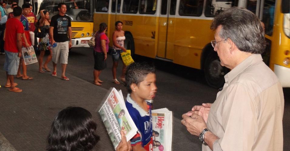 31.jul.2012 - Pauderney Avelino, candidato do DEM à Prefeitura de Manaus, fez campanha nesta terça-feira no terminal de ônibus do bairro São José, onde ouviu reclamações da população sobre o transporte coletivo na capital amazonense