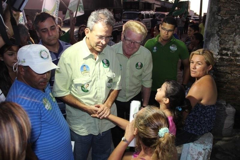 1.ago.2012 - Hermano Morais, candidato do PMDB à Prefeitura de Natal, fez caminhada nesta quarta-feira pelo bairro de Santo Reis, na zona oeste da capital potiguar