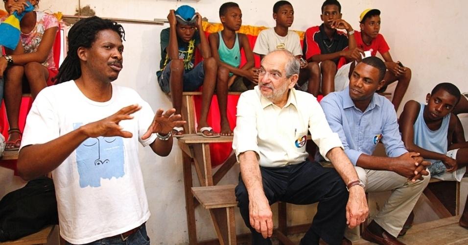 1.ago.2012 - O candidato do PMDB à Prefeitura de Salvador, Mário Kertész, visitou o projeto Bagunçaço, em Alagados, que retira meninos e meninas das ruas